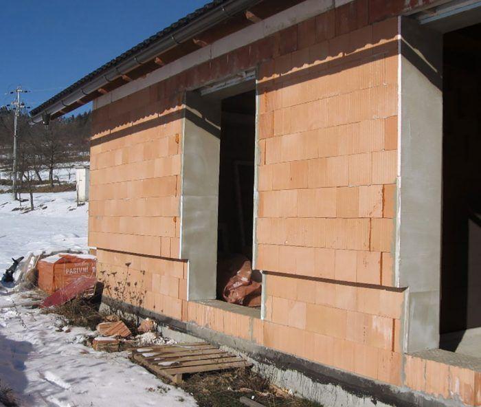 Dom sme navštívili v čase, keď bola hrubá stavba hotová, bolo treba len osadiť okná a dvere.