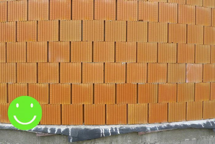 Správne vymurovaná oblúková stena z brúsených tehál – pohľad spredu.