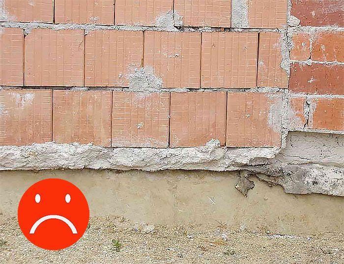 Pri murovaní neplatí čím viac tým lepšie. Ak na takejto hrubej mase založíme prvý rad tehlového muriva, bude najslabším miestom v murive.