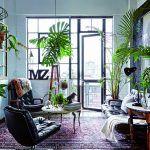 Používaný perzský koberec vyvažuje lesklé kožené čalúnenie, drevo a oceľ na konštrukcii sedačky. Starožitný francúzsky stolík s mramorovou doskou a medenými nohami priestor dopĺňa ako ozdobný prvok v štýle vintage.
