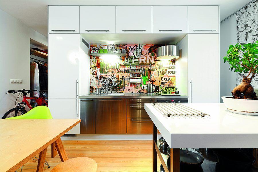 Kuchynská linka tvorí spolu so šatníkom a priestorom na práčku jeden samostatný nábytkový blok, ktorý oddeľuje dennú časť bytu od nočnej, ale nie celkom. Do spálne za ňou sa dostanete nielen zľava cez chodbu okolo kúpeľne, ale aj sprava okolo kuchynskej linky, kde vznikol priehľad a prepojenie priestorov, vďaka čomu byt získal ešte väčšiu vzdušnosť a ľahkosť.