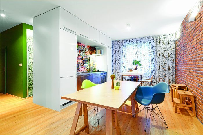 Toto je výsledok tej správnej kombinácie optimizmu, výberu architektov naladených na rovnakú vlnu a šťastia pri výbere stavebnej firmy. Z celého bytu srší optimizmus a nadhľad.