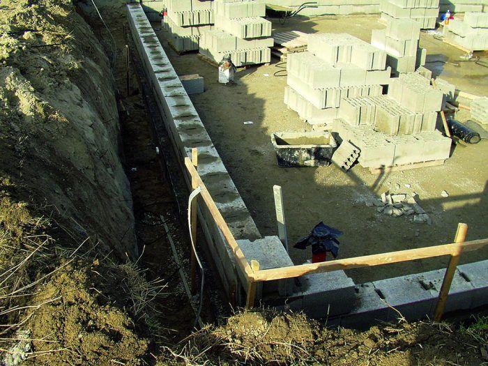Na označovanie polohy výkopov sa môžu použiť jednoduché murárske lavičky.