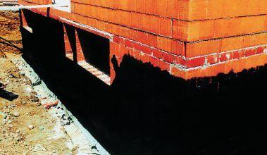 Tekuté asfaltové nátery sú vhodné na izoláciu proti zemnej vlhkosti.