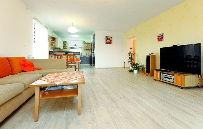 Obývačka Pri vstupe do nej vás príjemne prekvapí rozľahlosť a voľný priestor nezaprataný zbytočným nábytkom.