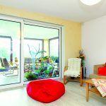 Sedačka Z tejto strany obývačku presvetľuje zasklenie terasy, čo je príjemné napríklad pri čítaní v kresle.