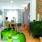 Zelená skrinka v duchu orientálneho nábytku bola prvým kusom nábytku v byte, ktorý si majiteľke kúpila. Vytvorila základ farebného riešenia a svojím charakterom odľahčuje strohosť moderného interiéru.