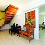 Predsieň Je opäť riešená pohodlne a priestranne. Schodisko je kovové, obložené drevom. Tenká, no trvanlivá vinylová podlaha je vhodná pri podlahovom vykurovaní.