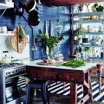 Drevené trámy, pracovná doska z masívu, tehlová stena natretá na čierno a biele kuchynské police vytvárajú neutrálny celok, ktorý sa dá kedykoľvek obmieňať pomocou doplnkov a textílií.