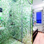 Kúpeľňa sa nachádza na svojom pôvodnom mieste, ibaže stratila jednu svoju murovanú stenu, ktorú nahradili posuvné sklenené dvere sprchovacieho kúta. Ak si majiteľka môže otvorí dvere na náprotivnej šatníkovej skrini –uzatvorí tým priechod z chodby do spálne a tým aj pohľad do kúpeľne.