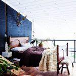 Rupertova spálňa na medziposchodí je luxusné miesto na oddych. Všetko v nej má svoju príjemnú textúru: drevo, vlna, tehla, prikrývka a posteľná bielizeň – vzájomnou súhrou vytvárajú veľkolepé, no príjemné útočisko. Schody vedú do izby jeho syna Heroa.