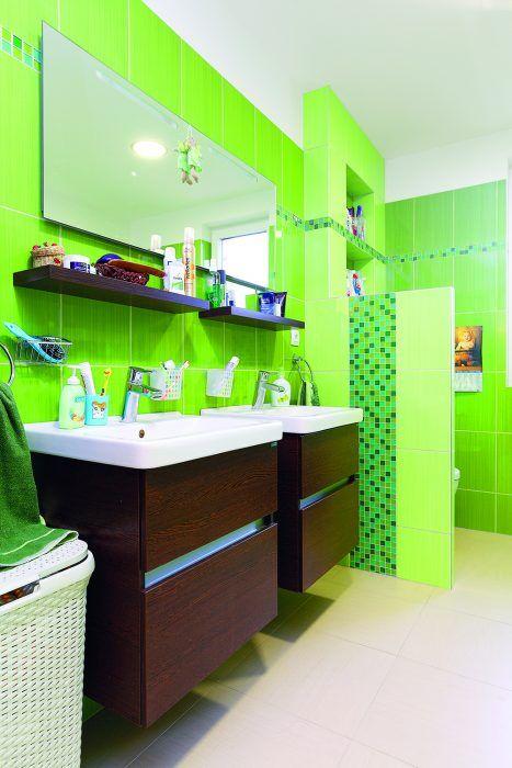 Zelená kúpeľňa Je jednou z troch v dome. Nábytok na mieru, keramická dlažba a pod ňou príjemné podlahové vykurovanie.