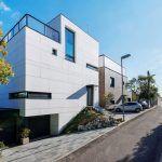 """""""Oba domy – s bielou a drevenou fasádou – majú podobný základný pôdorys a dispozičnú logiku, napriek tomu sú úplne iné. Majitelia majú rozdielne priority, čo sa odrazilo vo výslednej architektúre každého domu,"""" vysvetľuje architekt."""