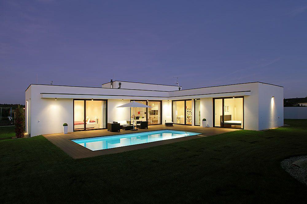 Dom v tvare L vytvára v záhrade chránenú oázu dovolenkovej pohody, ktorá za letných dní a večerov ožíva návštevami priateľov.