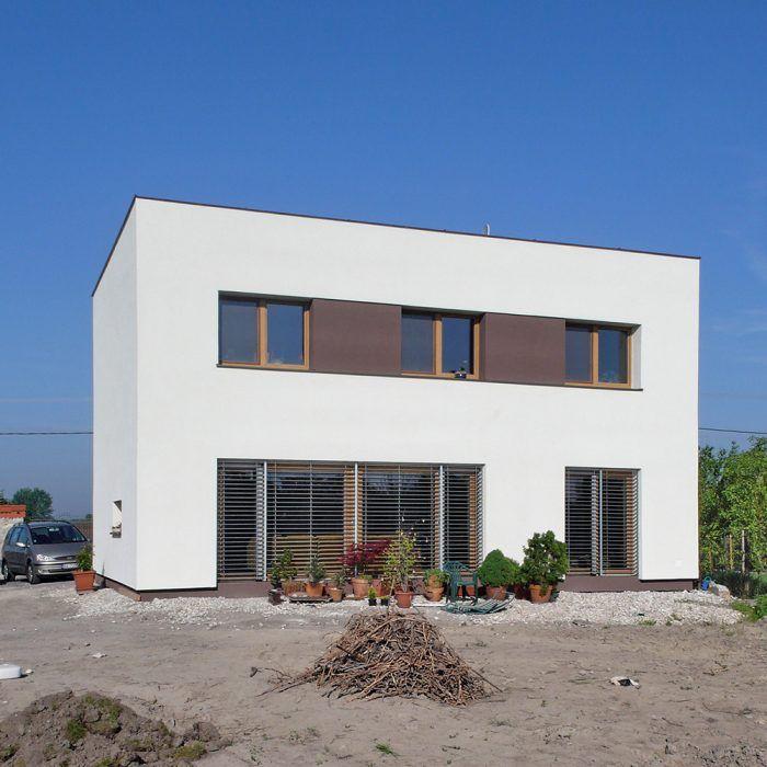 Nízkoenergetický dom v Zohore bol pripravovaný s ambíciou dosiahnuť pasívny energetický štandard. Proti boli dva faktory – architektova nováčikovská daň (bol to jeho prvý dom v pasívnom štandarde) a južný horizont kompletne zatienený budúcou stavbou na susednej parcele. Nech tento dom pôsobí akokoľvek stroho, je riešením šitým na mieru päťčlennej rodine. Dom je drevostavba založená na železobetónovej základovej doske na vrstve penového skla. Vykuruje sa tepelným čerpadlom vzduch/voda, ktoré ohrieva vzduch za rekuperačnou jednotkou. Na ochranu proti letným tepelným ziskom sú navrhnuté automatické exteriérové žalúzie. Centrum pasívneho domu v Českej republike zaradilo tento dom do katalógu vzorových pasívnych domov.