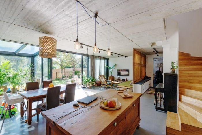 Rozdiel v názore na to, čo je to útulný domov je jasný na prvý pohľad. Masívne drevo a nábytok z Bali dodávajú interiéru domu s drevenou fasádou špecifický ráz.