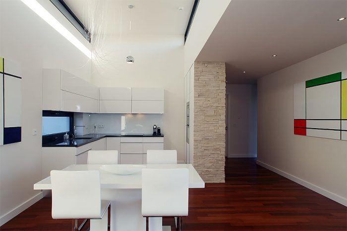 Oživením čistej architektúry domu je svetlo – cez úzke okná vo zvýšenej časti otvoreného priestoru vytvára na stenách premenlivé svetelné efekty a vyníma denný priestor z hraníc štandardu.