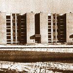 Banská Bystrica – Fončorda, obytný dom so štyridsiatimi bytovými jednotkami Atypický murovaný tehlový dom v ére monopolu panelovej výstavby bol úplnou raritou. Architekt dostal dôveru vyprojektovať takýto obytný dom na bývalom banskobystrickom sídlisku pre zamestnancov Stavoprojektu.