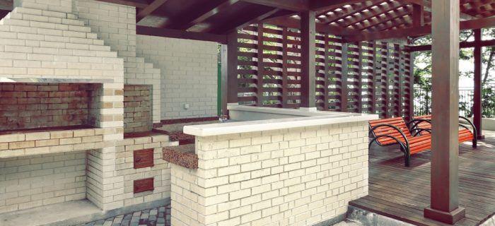 Ak máte dosť priestoru môžte si postaviť v blízkosti kozuba aj letnú kuchyňu.