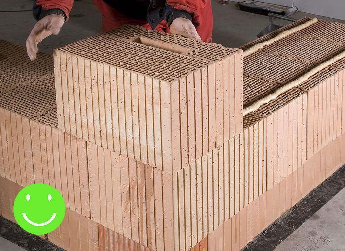 Správne murovanie rohu s použitím doplnkových tehál určených na tento účel – v tomto prípade rohová tehla + polovičná koncová tehla.