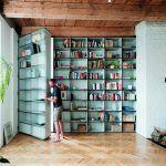 """""""Tajné dvere"""" v knižnici sú architektovým splneným detským snom. """"Mal som z nich radosť, aj keď nie sú v mojom byte,"""" priznáva Peter Jurkovič. Vchádza sa nimi do manželskej spálne."""