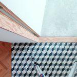 """Čisté detaily sú typickým znakom práce architekta Jurkoviča. Preglejkový """"prah-neprah"""", ktorý tvorí decentný prechod medzi dlažbou a kobercom, medzi halou a izbou, patrí k jeho obľúbeným."""