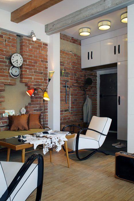 V predsieni sa spája staré s novým prostredníctvom modernej vstavanej skrine, tehlovej steny a výnimočných kovových industriálnych dverí.
