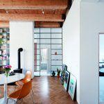 Rozdelenie priestoru na dennú a nočnú zónu vyriešil architekt policami – tento originálny prvok sa stal poznávacím znamením bytu v Trnave.