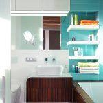 Skrinka pod umývadlom je dômyselnou vychytávkou. Ukrýva v sebe okrem iného aj dávkovač toaletného papiera, povrch tvorí sklenená mozaika.