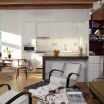 Nová kuchyňa je domyslená do detailu. Väčšina je z IKEA, barový pult je však doplnený sklápacím jedálenským stolom na mieru.