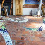 Veľké zobrazenie hada na dlažbe v obývacej izbe v podobe ľavotočivej špirály vyťahuje zo zeme energiu.