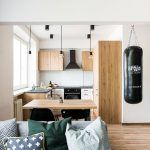 Všetok nábytok vrátane kuchynskej linky, poličiek a stolov vyhotovil jeden stolár.