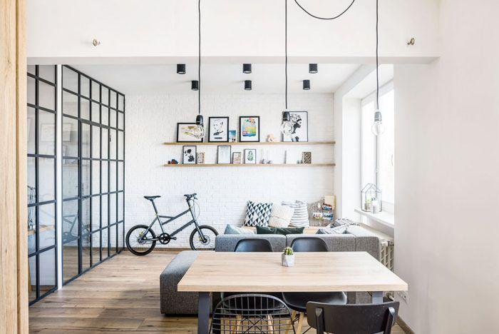 Televízor by ste v byte hľadali márne. Pri tehlovej stene sa nachádza lavica s úložným priestorom, ktorá slúži ako ďalšie sedenie. Aby sa sedelo pohodlnejšie, nechýba tu viacero vankúšov.
