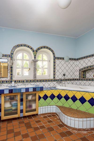 Interiér vyžaruje južný temperament. Biele klenuté tabuľkové okná, cotto dlažby a sýte teplé farby vyvolávajú predstavu starej provensálskej usadlosti. Kúpeľňa s obkladom v modrej, zelenej alebo žltej bola inšpirovaná zas farbami Brazílie.