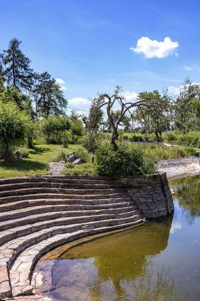 Okolo pôvodnej usadlosti bolo až 8 jazierok. Z nich sa v polovici minulého storočia stali polia a preto si domáci museli jazierko opätovne vybudovať. Jazierko slúži na kúpanie, vodu čistí trstina a biologické čistička.