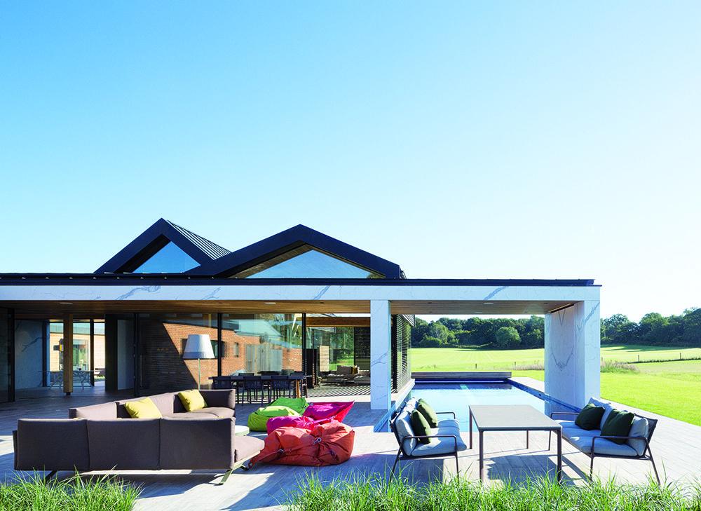 Vonkajší obytný priestor je vybavený odolným exteriérovým nábytkom, ktorý svojím dizajnom podporuje pocit súvislosti s interiérom. Kolekciu Boma navrhol pre značku Kettal Rodolfo Dordoni. Pohovka je vyrobená z odolného materiálu, ktorý dokáže čeliť vonkajšiemu prostrediu a neutrpí ani umiestnením v blízkosti bazéna.