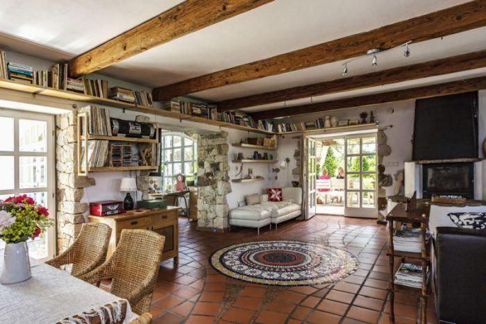 Bývalé stajne majitelia premenili na spoločný obývací priestor s kuchyňou.
