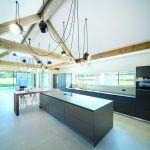 Členitá strecha domu rozohráva výšku vnútorných priestorov a podieľa sa na vytváraní zaujímavého rôznorodého interiéru.