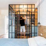 Šatník v spálni je zhotovený z rovnakej konštrukcie ako deliaca stena v dennej časti. Jeho súčasťou je systém otvorených políc aj komody so zásuvkami.