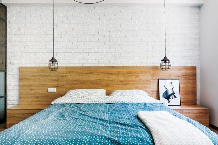 Tehlový obklad natretý bielou farbou sa objavuje na viacerých miestach v byte, čo prispieva k jednotnosti priestoru.