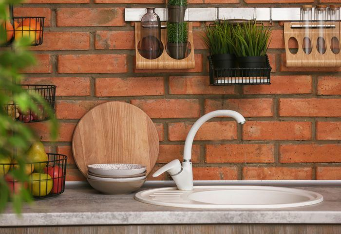 Kuchynská zástena z tehly? môže byť. Nezabudnite však steny zabezpečiť proti usadzovaniu mastnoty špeciálnym prípravkom.