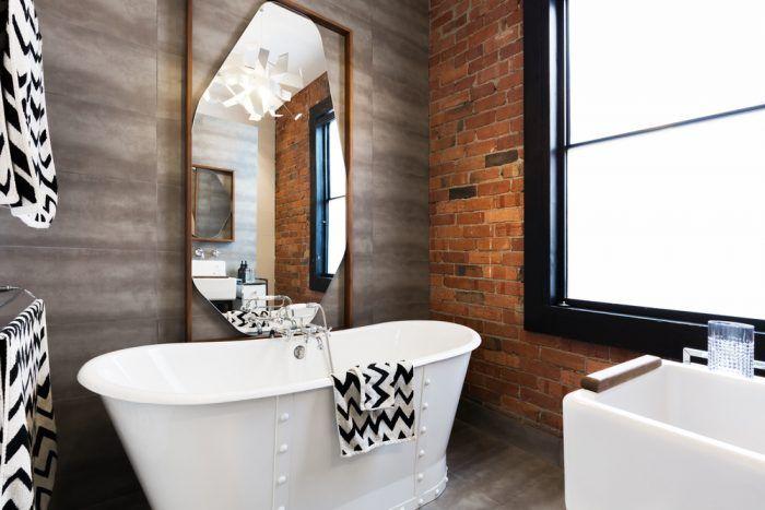 Kúpeľňa nemusí byť len sterilná, so stenami po strop zaplnená keramickým obkladom.