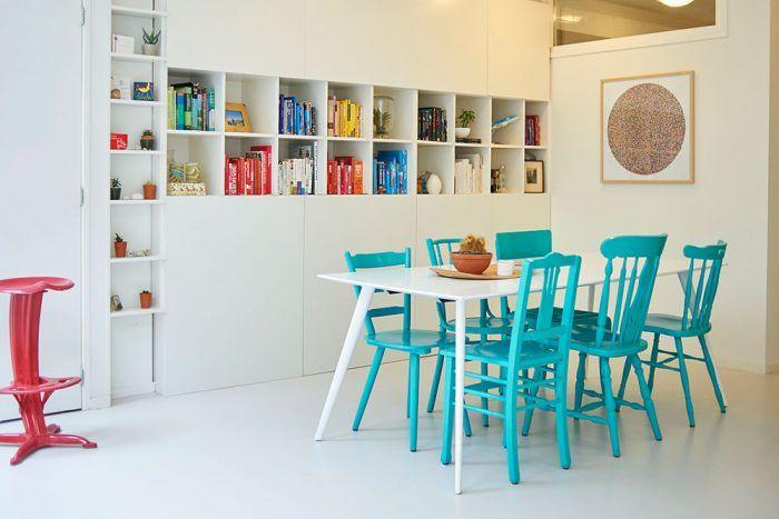 Celú stenu v kuchyni pokrýva praktická knižnica s dvomi zavretými krídlami. Knižky a drobnosti vykúkajú zo stredovej časti a zdobia miestnosť, do uzavretých políc zasa možno čokoľvek schovať a ochrániť tak pred prachom.