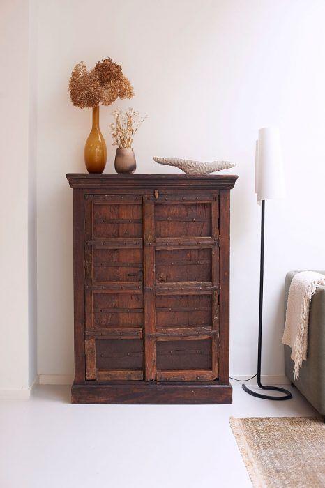 Masívna drevená skrinka v obývačke pôsobí starším dojmom, ako v skutočnosti je.