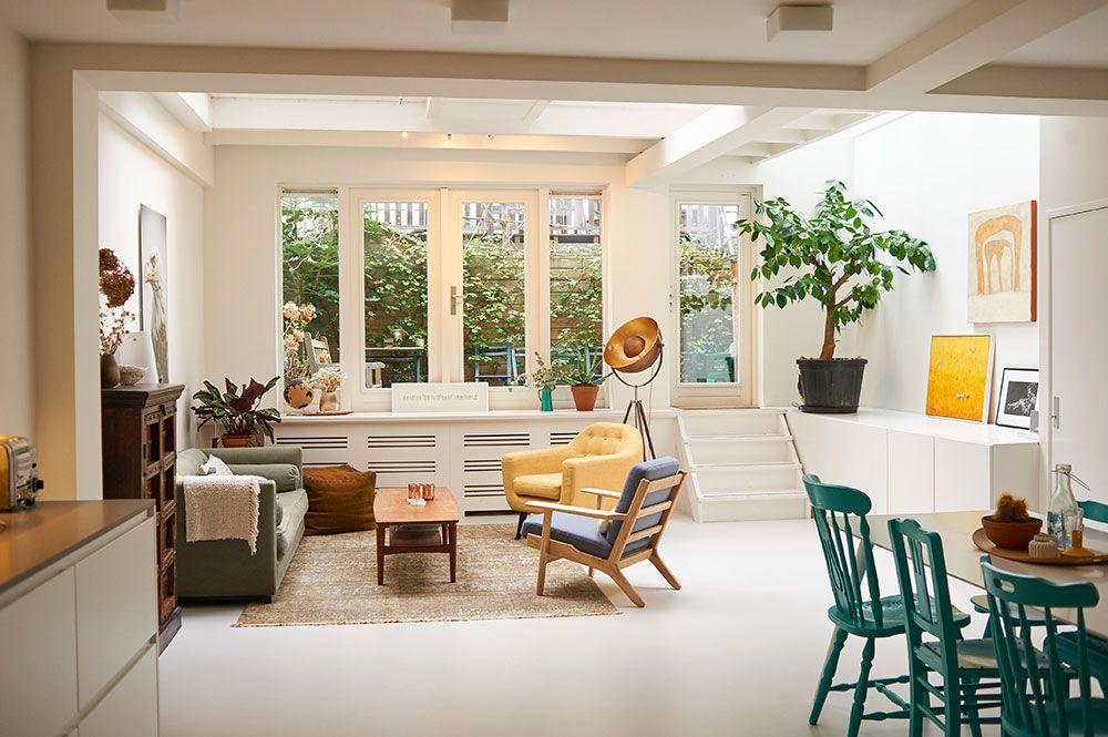 V jednej spoločnej miestnosti sa nachádza obývačka aj kuchyňa. Najväčšiu hodnotu má pre majiteľa živý strom – narodeninový darček od rodiny a priateľov.