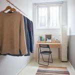 Úzka izba slúži zatiaľ ako šatník, do ktorého si majiteľ vymyslel minimalistický vešiak na oblečenie.