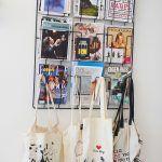 Šikovná nástenná priehradka je domovom pre časopisy, ktoré sú tu starostlivo upratané.