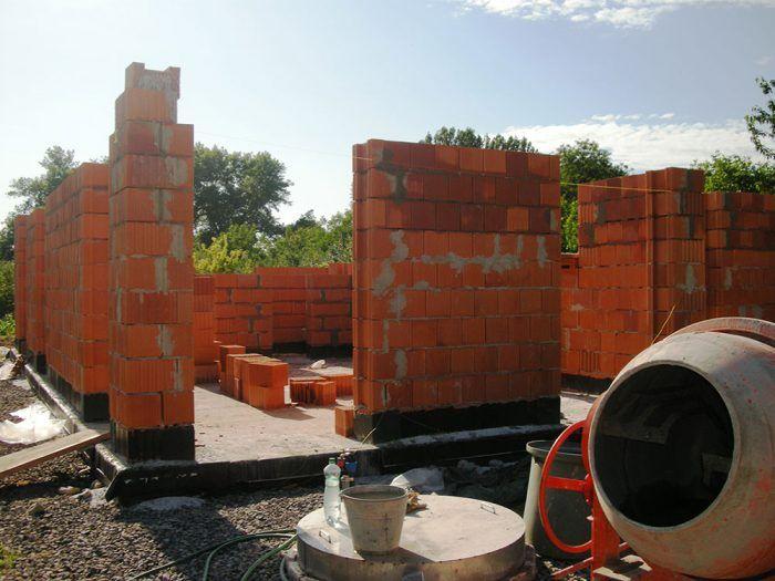 Na vápenno-cementovú murovaciu maltu použijeme 1 objemový diel cementu, 1 diel vápenného hydrátu a 5 – 6 dielov piesku s frakciou 0 – 4 mm.