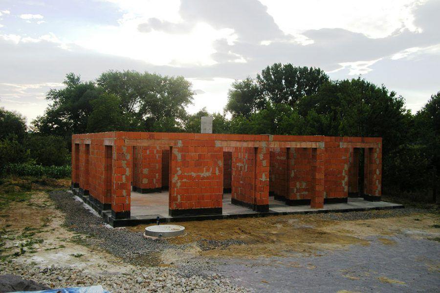 Po vytvorení všetkých nadpraží (prekladov) je stavba pripomínajúca stĺporadie pripravená na zhotovenie obvodového venca a stropu.