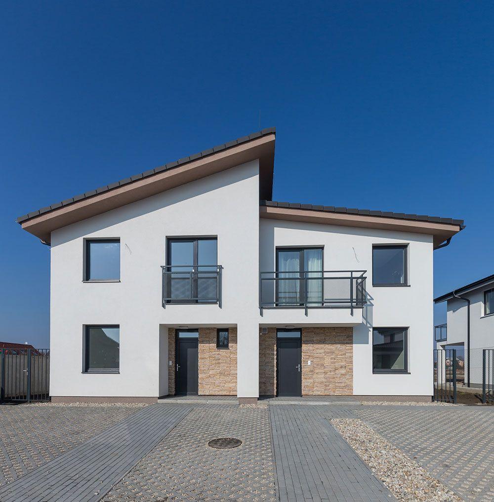Vzhľadom na to, že rodinný dvojdom je jeden architektonický celok, v projektovej fáze treba klásť zvýšený dôraz na vzájomnú komunikáciu oboch stavebníkov s architektom.
